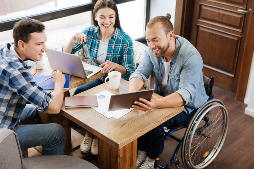 Gruppe junger Menschen, mit und ohne Behinderung